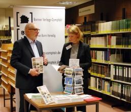 """Die Stellvertretende Leiterin des Stadtarchivs Bonn, Dr. Yvonne Leiverkus, mit Verleger A. E. Maurer am 9. bundesweiten """"Tag der Archive"""" anlässlich der Präsentation von ZEITFENSTER im Stadtarchiv Bonn, 3. März 2018"""